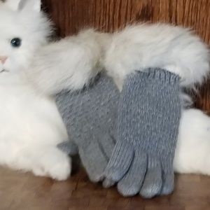 Gray knit gloves with faux fur cuff